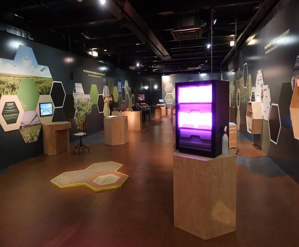 Virtual Reality-Exponat der Agrarsysteme der Zukunft auf der MS Wissenschaft (links im Bild)